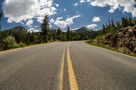 Asphalt road bends in Rocky Mountain National Park Imagens