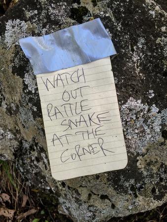 serpiente de cascabel: Una nota manuscrita advierte excursionistas de una serpiente de cascabel vuelta de la esquina