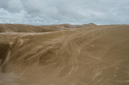 それは巨大な絵筆で盗んだされていたかのように、大きな砂丘の砂風吹く