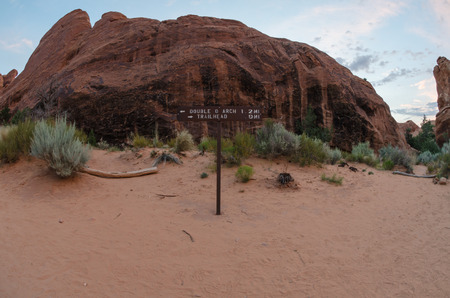 devils garden: Sign points hikers to the Double O Arch along the Devils Garden Hike