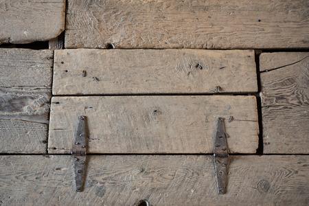 Abgenutzte Holzfalltür auf dem Boden des Dachboden einer Scheune Standard-Bild - 54773052