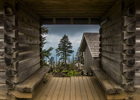 mountain peek: Looking Through Log Frame Building at Mount LeConte Stock Photo