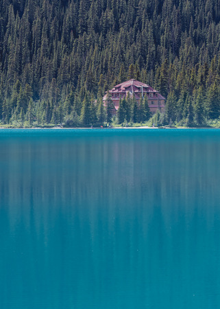 jah: Num-Ti-Jah Lodge on Bow Lake and her blue waters