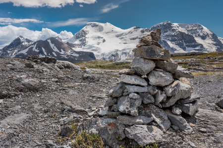 Cairn atop Wilcox Pass with View of Snowy Mountains Standard-Bild