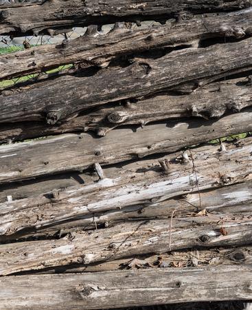목조 로그 울타리 텍스처 숨겨진 체인 링크에 대해 누적 스톡 콘텐츠
