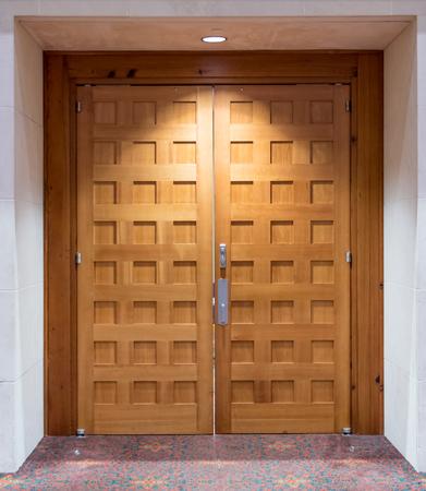 Puertas dobles de madera marrón claro en un centro de conferencias Foto de archivo - 72247795
