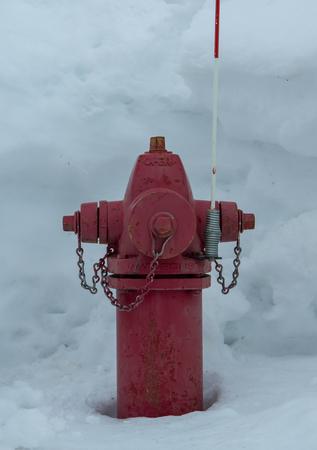 Rotes Hydrant im tiefen Schnee im Winter Standard-Bild - 80257859