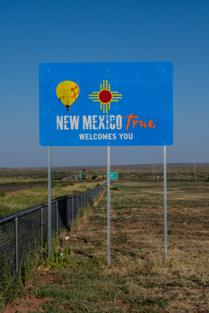 New Mexico True Welcome Sign aan de staatsgrens Stockfoto