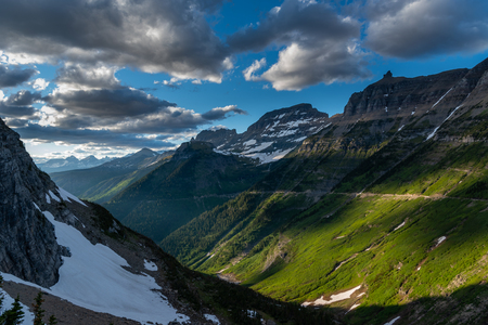 Green Slopes of Mountains Along Logan Pass in Glacier National Park Stockfoto