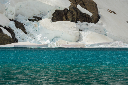 Ice Shelf and Blue Water of Iceburg Lake Imagens