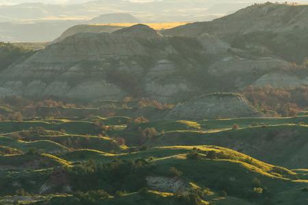 La luz del atardecer se asienta sobre el Parque Nacional Theodore Roosevelt en Dakota del Norte