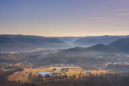 Morning Fog Hangs in Kentucky Valley in winter 版權商用圖片