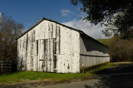 Old White Barn Along Highway 1 on Big Sur coast Stok Fotoğraf