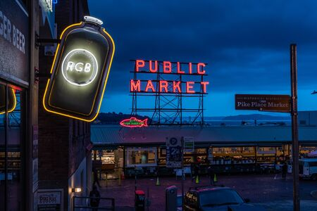 October 6, 2018: Seattle, United States: Neon Lights at Pikes Place Market in Seattle Banque d'images
