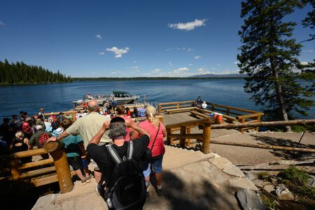 Grand Teton National Park, United States: July 20, 2019: Crowd of People Wait to Shuttle Across Jenny Lake 版權商用圖片