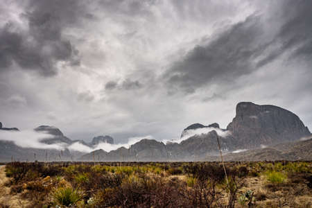 Winter Fog Rolls Over Valley Below the Chisos Mountains in Big Bend National Park Standard-Bild