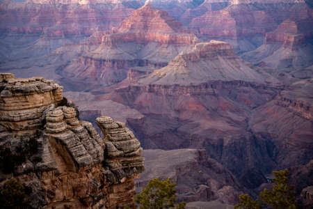Rock Outcropping in front of Canyon Layers at sunset Standard-Bild