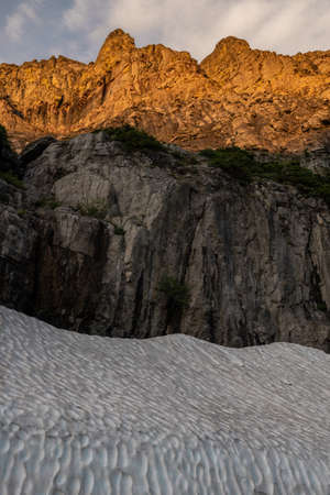 Snow Banks Below Mountains Near Logan pass in Glacier National Park Standard-Bild