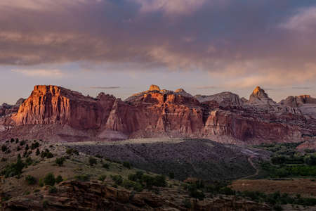 Sunset Lights Up the Red Cliffs of Captiol Reef National Park in Utah Standard-Bild