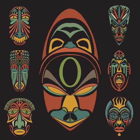tribales: Conjunto de máscaras tribales étnicas africanas en el fondo blanco. . Iconos planos. Símbolos rituales.