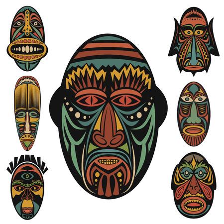 tribu: Conjunto de máscaras tribales étnicas africanas en el fondo blanco. . Iconos planos. Símbolos rituales.