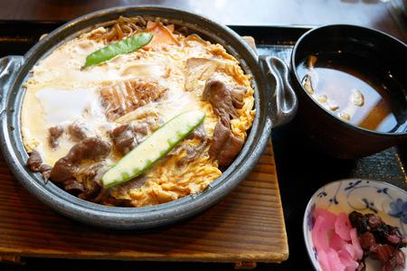 日本の冬のクラシックな料理すき焼き