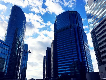 12 22 2015 年、日本、品川駅と青空の高層ビル