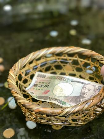 signo de pesos: cestovat, cestování, procestovat, pritazlivost, p?ita?livost, bohatstvi, bohatství, dolar, turista, Modlitba, Japonsko, bohosluzba, bohoslu?ba, uctívat, uctívání, peníze, chrám, spánek, nábo?enství, voda, zalévat, zalít, drama, svatyn?,