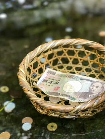 dolar: cestovat, cestování, procestovat, pritazlivost, p?ita?livost, bohatstvi, bohatství, dolar, turista, Modlitba, Japonsko, bohosluzba, bohoslu?ba, uctívat, uctívání, peníze, chrám, spánek, nábo?enství, voda, zalévat, zalít, drama, svatyn?,