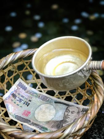 dolar: cestovat, cestování, procestovat, pritazlivost, přitažlivost, bohatstvi, bohatství, dolar, turista, modlitba, japonsko, bohosluzba, bohoslužba, uctívat, uctívání, peníze, chrám, spánek, náboženství, voda, zalévat, zalít, drama, svatyně,