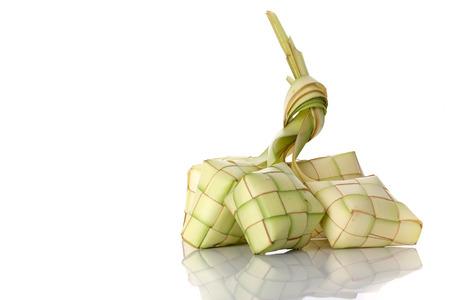 Ketupat (boulette de riz) sur fond blanc