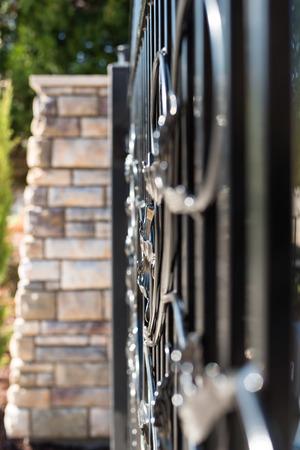 石ピラーと鉄の門
