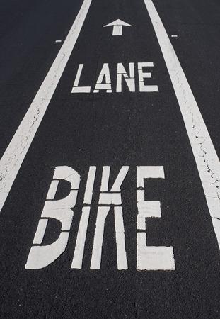 車道に塗られた自転車レーン 写真素材
