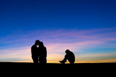 Silueta de la relación amorosa complicada entre tres personas. Un hombre y dos mujeres - triángulo amoroso. Vio a su hombre con otra mujer y celosa. Foto de archivo