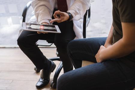 Männlicher Arzt und Hodenkrebspatient diskutieren über Hodenkrebstestbericht. Konzept für Hodenkrebs und Prostatakrebs.