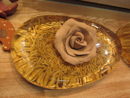 overt: Rose made of clay putting on the grain contained in the transparent resin.