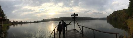 foto panorámica de la pareja en la orilla del lago. Foto de archivo