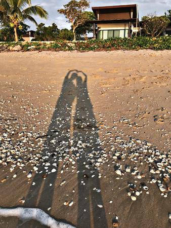 La silueta de los enamorados en la playa.