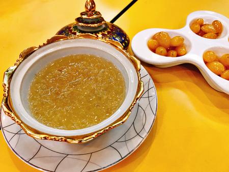 Soupe de nid d'oiseau comestible dans un bol de benjarong (porcelaine thaïlandaise avec des motifs en cinq couleurs) servie avec du ginkgo sucré en Thaïlande.