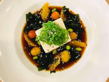 Dish of cold tofu wagame salad. 免版税图像