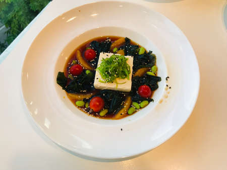 Dish of cold tofu wagame salad. Banque d'images