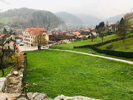 Scenery view surrounding Loka Castle in Skofja Loka, Slovenia. 免版税图像