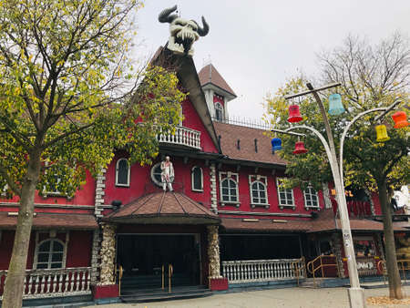 Vienna, Austria - November 11, 2018:  The Hotel Psycho is a ghost train of the Prater amusement park in Vienna. 新闻类图片