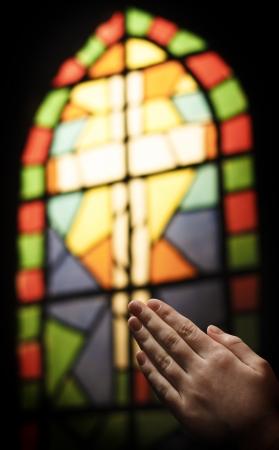 Betende Hände und Glasmalerei Kirche Fenster Standard-Bild
