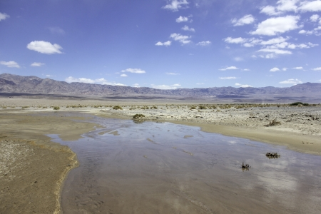 An image of a river in the desert with mountains in the distance Zdjęcie Seryjne