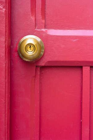 Antieke Metalen Messing deurknop Op oude houten deur Stockfoto