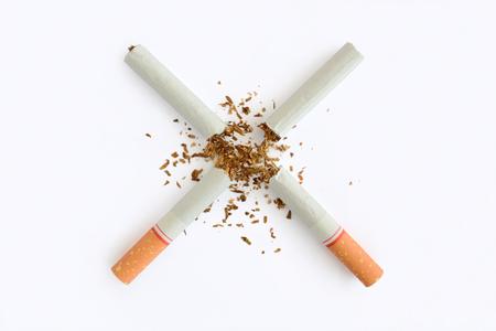 Gebroken sigaret die op witte achtergrond, het concept van de Wereld Geen Tabaksdag wordt geïsoleerd