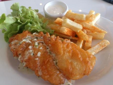 fish and chips: Chips de pescado Foto de archivo