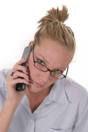 aantrekkelijke zakelijke vrouw draagt een bril en praten over mobiel
