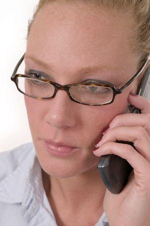 Aantrekkelijke zakelijke vrouw draagt een bril en praten over mobiel Stockfoto - 441524